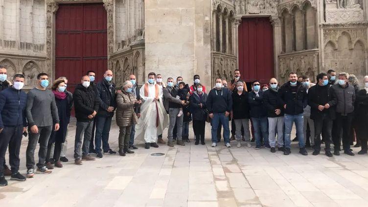 Une quarantaine de personnes étaient rassemblées autour de la cathédrale d'Auxerre ce dimanche 1er novembre 2020. (RADIOFRANCE / MARION BOTHOREL)
