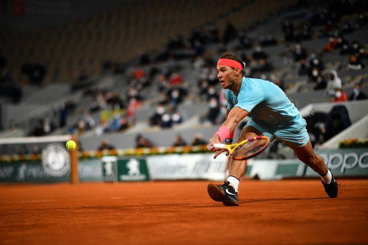 Avec ou sans toit, Rafael Nadal est toujours dans son jardin à Roland-Garros (ANNE-CHRISTINE POUJOULAT / AFP)