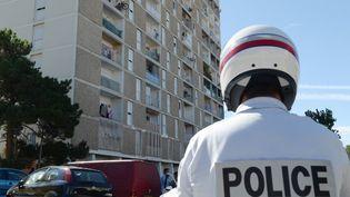 Une patrouille de police dans une rue de la Cité des Oliviers à Marseille, le 14 août 2013, lors d'un visite du ministre de l'Intérieur, Manuel Valls. (BORIS HORVAT / AFP)