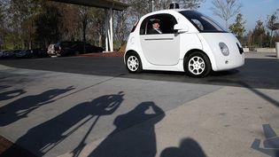 """Le patron de Google Eric Schmidt assis dans une """"Google car"""", cette voiture autonome qui n'a pas besoin de conducteur. (JUSTIN SULLIVAN / GETTY IMAGES NORTH AMERICA / AFP)"""