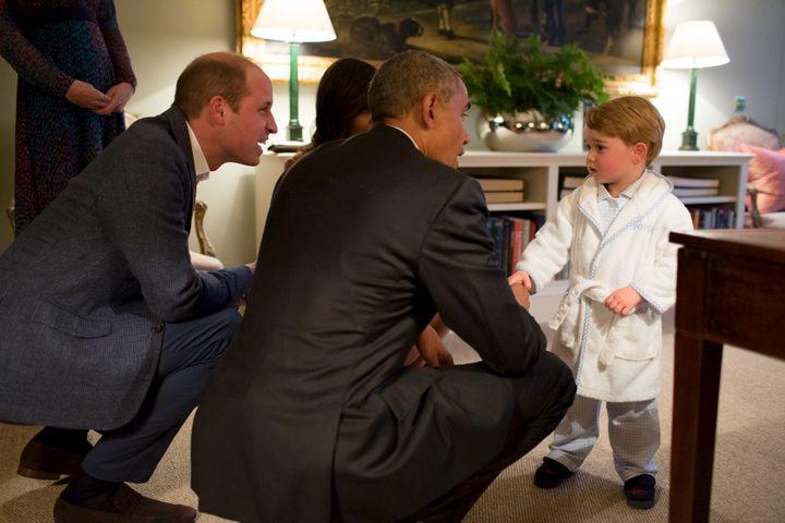 Barack Obama serre la main duPrince George au Palais de Kensington, à Londres (Royaume-Uni), le 22 avril 2016. (REUTERS)