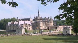 Après deux mois de confinement sans visiteurs, le château de Chantilly (Oise) vient de retrouver son public. (FRANCE 3)