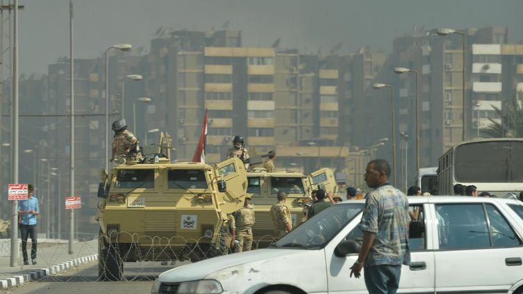 Des militaires bloquent la route menant àla place de la mosquée Rabaa al-Adawiya, dans le nord-est du Caire (Egypte), mercredi 14 août 2013. (KHALED DESOUKI / AFP)