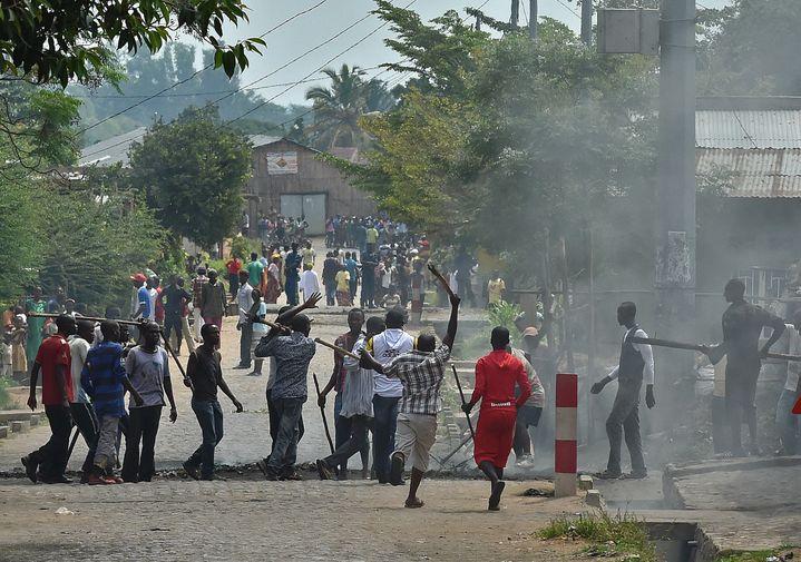 Scène de violence impliquant des Imbonerakure, sorte de milice du régime,près de Bujumbura, au Burundi, le 25 mai 2015. (CARL DE SOUZA / AFP)