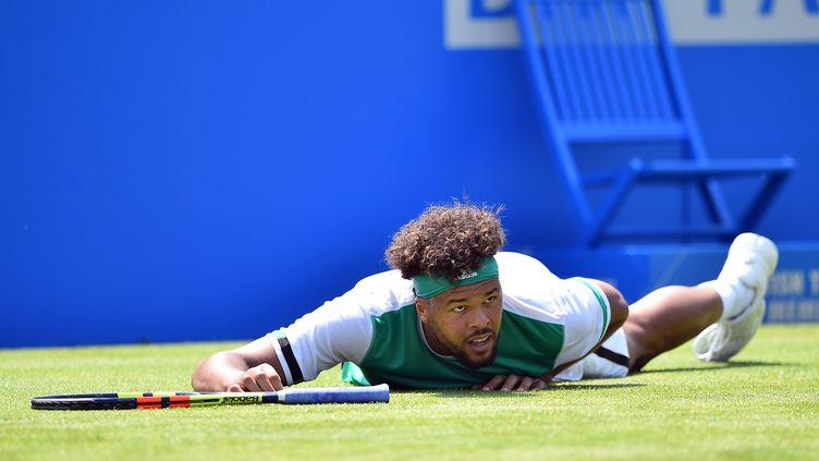 Nouvelle déconvenue pour Jo-Wilfried Tsonga, éliminé au 2e tour du tournoi du Queen's. (GLYN KIRK / AFP)