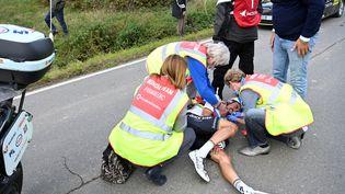 le Français Julian Alaphilippe a chuté violemment en percutant une moto. Il est resté longtemps à terre avant d'abandonner. (DIRK WAEM / BELGA / AFP)