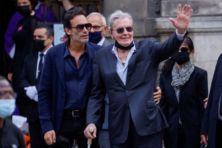 Alain Delon et son fils Anthony aux obsèques de son vieil ami Jean-Paul Belmondo, le 10 septembre 2021 à Paris, devant l'église Sain-Germain-des-Prés (THOMAS SAMSON / AFP)