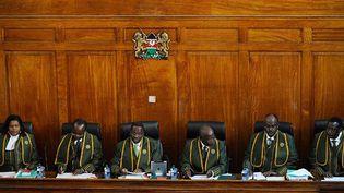 Willy Mutunga, président de la cour suprême du Kenya (3e sur la gauche), et les juges, doivent valider le 26 mars le recomptage des voix de l'élection présidentielle contestée. Les bulletins de 22 bureaux de vote dans quelque 32.000 bureaux du pays vont être passés au crible. (AFP PHOTO / Tony Karumba)