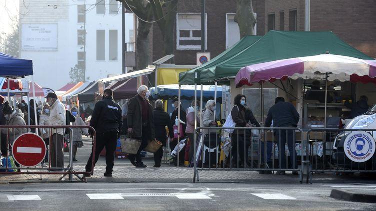 Un marché à Dunkerque, dans le Nord, le 27 février 2021. (FRANCOIS LO PRESTI / AFP)
