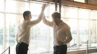 Deux salariés se saluent amicalement. (MAXPPP)
