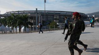 Des militaires patrouillent devant le stade du Maracana, à Rio de Janeiro (Brésil), le 9 juillet 2016. (CHRISTOPHE SIMON / AFP)