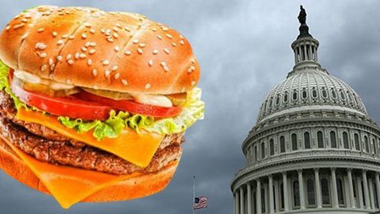Quand le hamburger, symbole de la junk food (nourriture standardisée et industrialisée des fast-foods) vole au secours des fonctionnaires fédéraux mis en congés forcés sans solde... Motif: le Congrès américain a échoué à voter un budget avant l'heure limite en raison de positions irréconciliables entre républicains et démocrates. (AFP (Image Source - Diana Reak); Reuters (Gary Cameron))