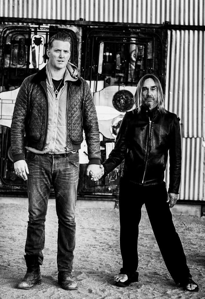 """""""Vulture"""". Josh Homme et Iggy Pop, main dans la main.  (Andreas Neumann)"""