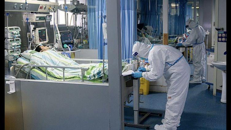 Du personnel médical à l'hôpital universitaire de Wuhan (Chine) soigne un patient atteint du coronavirus, le 23 janvier 2020. (EYEPRESS NEWS / AFP)