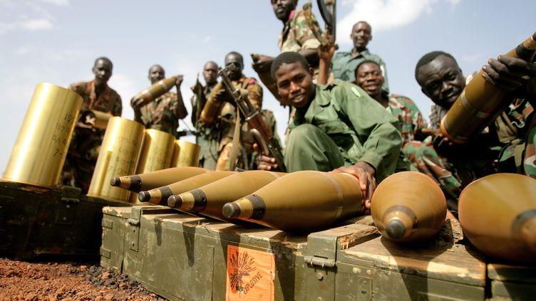 Des soldats de l'Armée populaire de libération du Soudan (Soudan du Sud), dans la région pétrolière de Heglig disputée par le Soudan et le Soudan du Sud, le 23 avril 2012. (ASHRAF SHAZLY / AFP)