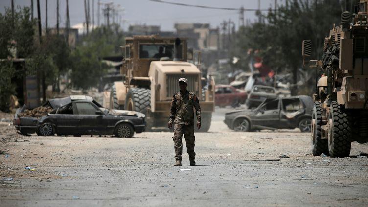 Un soldat irakien marche dans les rues dévastées del'ouest de Mossoul (Irak), le 19 juin 2017. (ALKIS KONSTANTINIDIS / REUTERS)