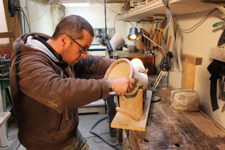 Plus de 60 heures de travail sont nécessaires pour réaliser un cor des Alpes  (S.Hilarion)