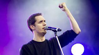 L'artiste Grand Corps Malade se produit sur la scène d'un festival à Nyon (Suisse), le 24 juillet 2014. (MAXPPP)