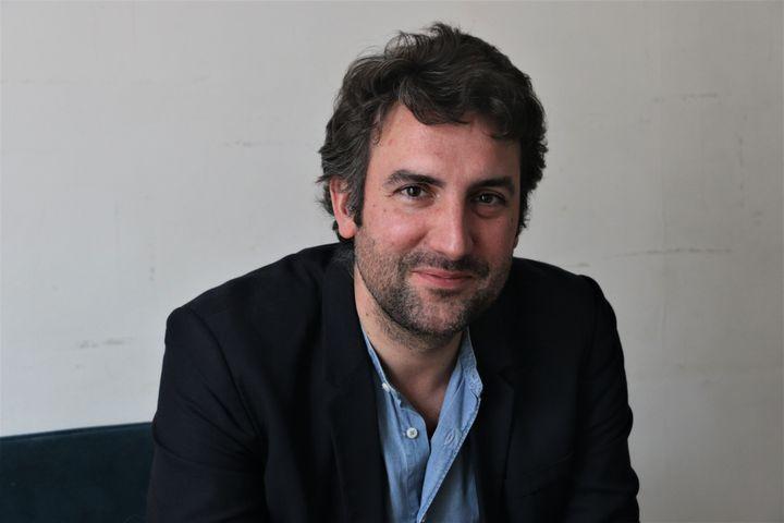 Arthur Kermalvezen à son domicile de Levallois-Perret (Hauts-de-Seine), le 26 mai 2021. (VALENTINE PASQUESOONE / FRANCEINFO)