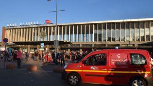 Deux personnes ont été touchées gravement par un homme qui a usé d'une arme à feu, vendredi 21 août, à bord d'un train Thalys. Une troisième personne est blessée légèrement, selon les secours. L'agresseur présumé a été arrêté en gare d'Arras (Pas-de-Calais). (PHILIPPE HUGUEN / AFP)