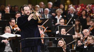 Le chef d'orchestre letton Andris Nelsons dirige le concert du Nouvel An de Vienne 2020. (HERBERT NEUBAUER / APA)