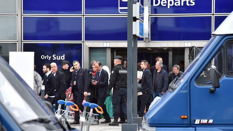 Des policiers sécurisent l'aéroport d'Orly (Val-de-Marne) après avoir abattu un homme, samedi 18 mars 2017. (MUSTAFA YALCIN / ANADOLU AGENCY)