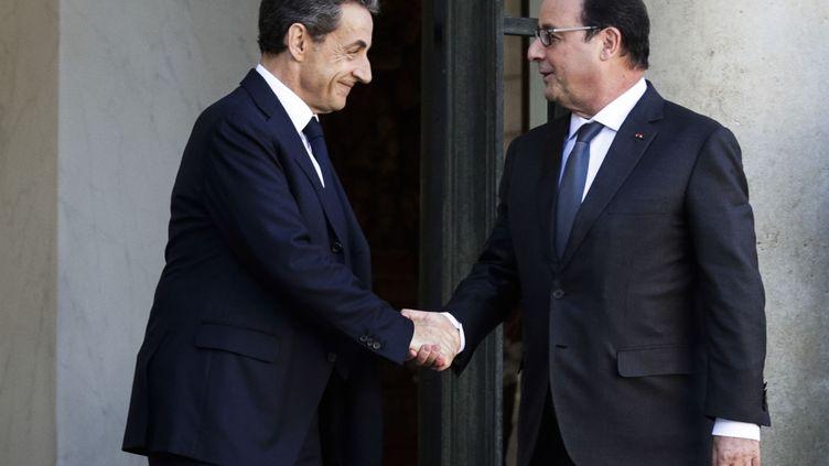 Le président des Républicains, Nicolas Sarkozy, et le chef de l'Etat, François Hollande, au palais de l'Elysée, à Paris, le 15 novembre 2015. (GEOFFROY VAN DER HASSELT / ANADOLU AGENCY / AFP)