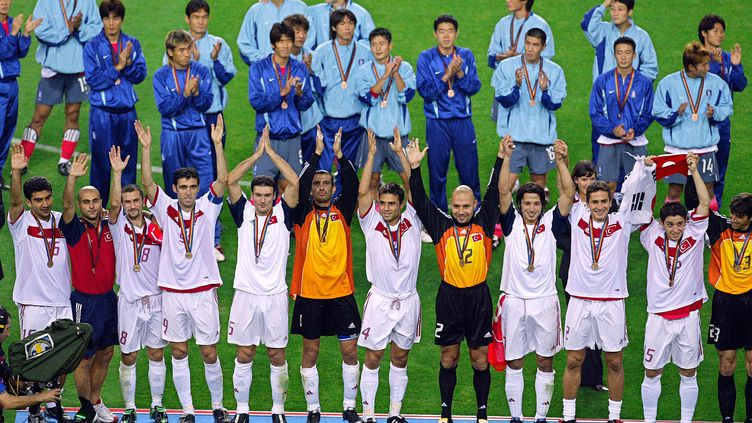 Les Turcs obtiennent la troisième place de la Coupe du monde 2002 après avoir battu les Sud-Coréens (3-2), le 29 juin 2002,à Daegu. (GREG WOOD / AFP)