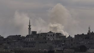 De la fumée après des bombardements sur la ville de Douma (Syrie) le 7 avril 2018. (MOUNEB TAIM / ANADOLU AGENCY / AFP)