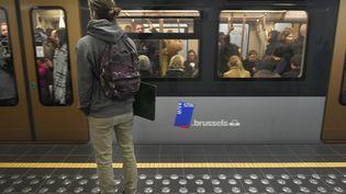 Un homme attend le métro à la station Maelbeek, où 16 personnes sont mortes lors des attaques du 22 mars 2016, àBruxelles (Belgique). (JOHN THYS / AFP)
