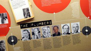 """Un panneau du musée consacré au président américain Richard Nixon, à Yorba Linda, en Californie (Etats-Unis), revient sur le scandale des écoutes du Watergate, révélé par le plus célèbre des """"whistleblowers"""", le directeur adjoint du FBI de l'époque,William Mark Felt Sr., alias """"Deep Throat"""". (GABRIEL BOUYS / AFP)"""