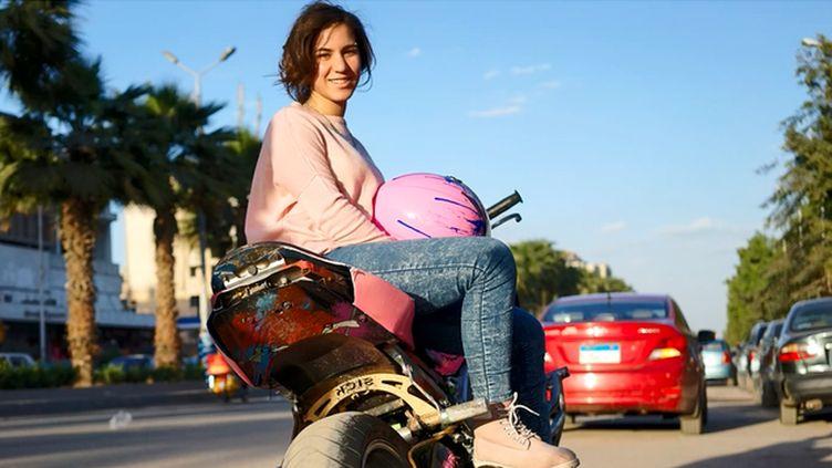 (Shorouk Samy, 19 ans, jeune fille du Caire sur sa moto © Pierre Tremblay / Radio France)