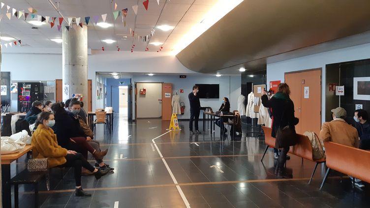 Des aspirants comédiens attendent de passer leur audition dans le hall de l'Ensatt à Lyon vendredi 19 février. (ANNE CHEPEAU / RADIO FRANCE)