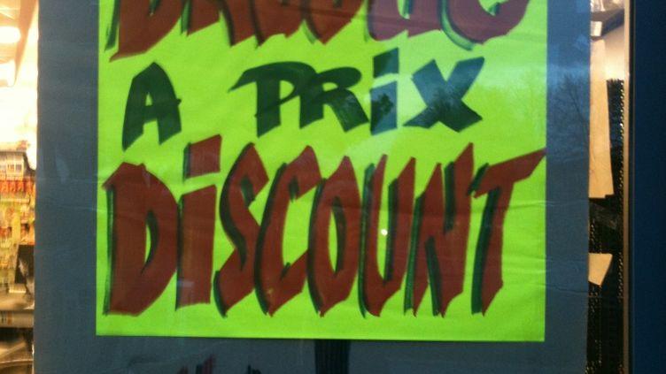 Le panneau anti-dealers affiché dans le supermarche de Vannes (Morbihan) qui a fait l'objet d'une tentative d'incendie. Les faits se sont déroulés dans la nuit de jeudi à vendredi 6 février 2015. (C. THOMAS / DR)