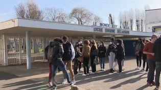 Avec 36 élèves positifs au Covid-19 sur 2 400 et 11 professeurs infectés, les élèvesdu lycée Eugène-Delacroix à Drancy(Seine-Saint-Denis) sont allés en cours lundi 29 mars au matin, avec une certaine inquiétude. (CAPTURE ECRAN FRANCE 2)