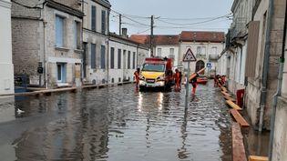 Le quartier de la gare sous les eaux à Saintes (Charente-Maritime), le 8 février 2021. (ALAIN GASTAL / RADIO FRANCE)