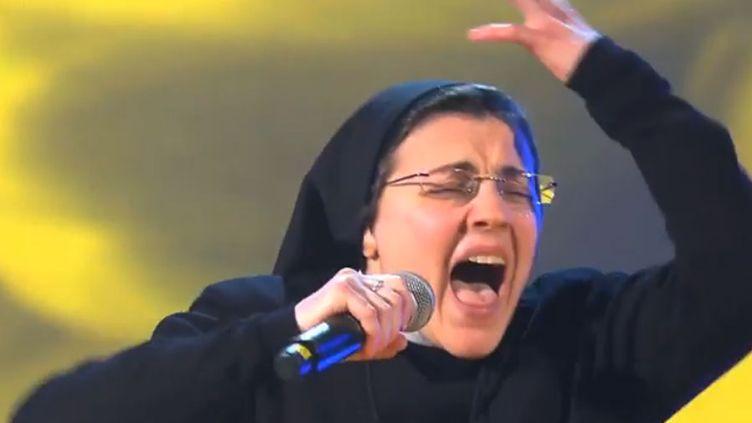 "Soeur Cristina Scuccia sur le plateau de ""The Voice Italia""  (Capture écran YouTube / Rai2)"