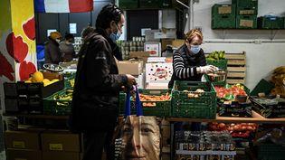 """Une distribution d'aide alimentairedes """"Restos du Coeur"""" à Paris, le 13 octobre 2020. (CHRISTOPHE ARCHAMBAULT / AFP)"""