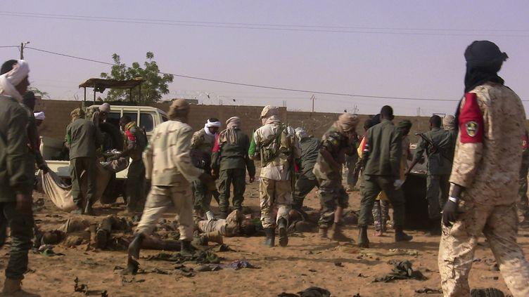 Des morts et des blessés sont évacués à Gao (Mali), le 18 janvier 2017, après l'attaque à la voiture piégée perpétréedans un camp militaire. (AFP)
