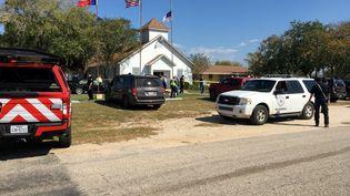 Les autorités sécurisent la zone autour de l'église de Sutherland Springs (Texas), où une fusillade a fait au moins 26 victimes dimanche 5 novembre 2017. (MAX MASSEY / KSAT 12 / REUTERS)