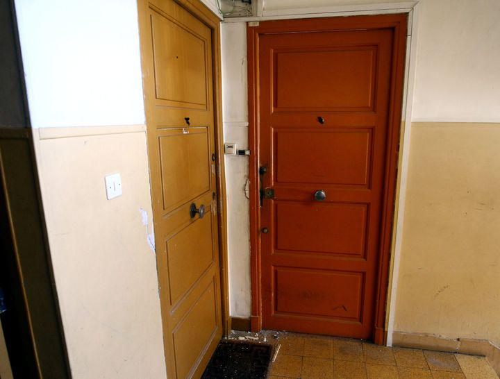 La porte d'entrée du domicile deMohamed Lahouaiej-Bouhlel, l'auteur de l'attentat au camion,  à Nice (Alpes-Maritimes) le 15 juillet 2016. (MAXPPP)