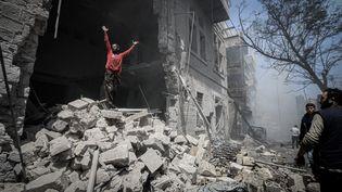 Un homme se tient debout sur des gravats après des bombardements aériens menés par l'armée de Bachar Al Assad qui ont tué au moins six civils et fait 18 blessés, le 28 juillet 2019 (MUHAMMED SAID / ANADOLU AGENCY)