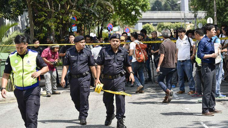 La police malaisienne boucle une zone autour de l'ambassade nord-coréenne où une manifestation est organisée après l'assassinat de Kim Jong-nam, jeudi 23 février 2017 à Kuala Lumpur. (CHRIS JUNG / NURPHOTO / AFP)