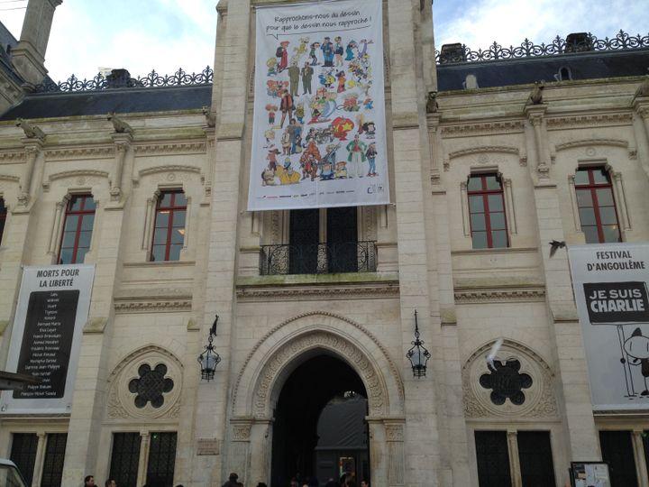 La mairie d'Angoulême a été décorée de trois grandes affiches en hommage à Charlie Hebdo, pour le festival de la bande-dessinée. (JULIE RASPLUS / FRANCETV INFO)