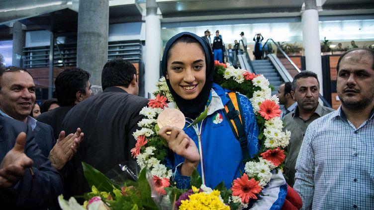La taekwondiste iranienneKimia Alizadeh montre sa médaille de bronze gagnée aux Jeux olympiques de Rio, le 26 août 2016 à son retour à Téhéran (Iran). (PEYMAN / ISNA)
