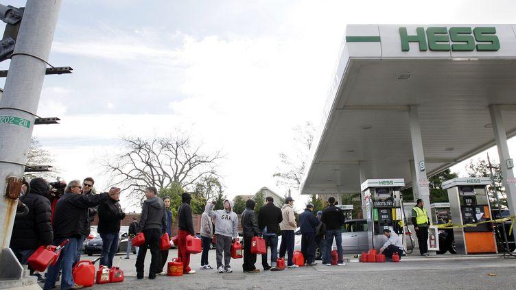 Route 45 le 1er novembre 2012 -Longues files d'attente aux stations-service après Sandy dans le New Jersey (MAXPPP)