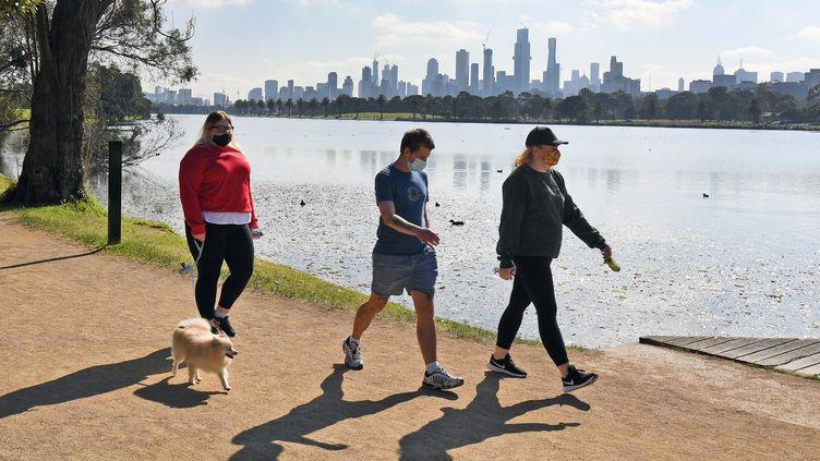 Des gens font de l'exercice dans l'Albert Park à Melbourne, en Australie, le 10 août 2020. (WILLIAM WEST / AFP)