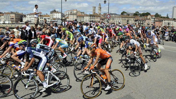 Le peloton du Tour à Mâcon (BALFIN JEAN PIERRE / MAXPPP)