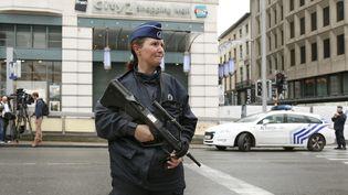 Une policière devant le centre commercial City2, à Bruxelles (Belgique), le 21 juin 2016. (FRANCOIS LENOIR / REUTERS)