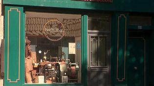 Dans la Drôme, un entrepreneur a une eu idée astucieuse pour redynamiser le centre-ville d'une commune désertée par les petits commerçants. Il remplace les boutiques désaffectées par des petits appartements, destinés à la location saisonnière. (Capture d'écran France 3)